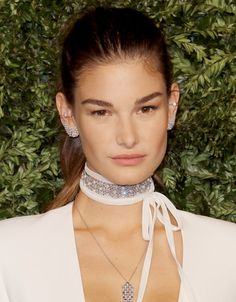 The choker desire of the moment is the American brand Fallon Monarch and was launched in autumn 2015 in the United States.