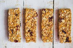 Dlaczego warto jeść płatki owsiane? To produkt zdrowy i smaczny, a na dodatek tani. Dostarczają błonnika pokarmowego i białka. Dają uczucie sytości na długi czas. Najczęściej przygotowujemy z nich owsiankę na śniadanie. Jednak z dodatkiem płatków owsianych można również upiec deser.