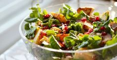 Canned mandarin oranges and fresh raspberries add brilliant pops of color and fruity taste to this easy salad recipe. The fruit is combined with mixed greens and an orange-mustard dressing and topped with crunchy sliced almonds. Easy Diabetic Meals, Healthy Recipes For Diabetics, Healthy Salad Recipes, Diabetic Recipes, Diabetic Foods, Mandarin Orange Salad, Mandarin Oranges, Breakfast Salad, Large Salad Bowl