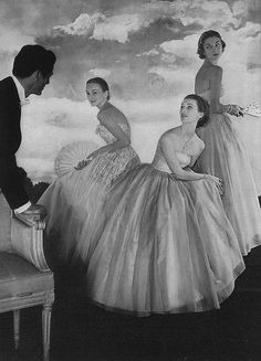 Three models (Mary Jane Russell center, Jean Patchett right) in gorgeous ball gowns, photo by Horst, Vogue, December 1950 Vintage Glamour, Vintage Beauty, Vintage Style, 1950 Style, Vintage Vogue, Fashion Images, Fashion Models, Fashion Shoot, Fashion Styles