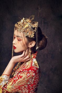 "☆Traditional Chinese Wedding Gown ""Qun Kwa"" And Headwear Style Oriental, Oriental Fashion, Asian Fashion, Look Fashion, Oriental Wedding, Asian Style, Chinese Style, Traditional Chinese, Headdress"