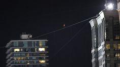 """EN LAS ALTURAS. Nik Wallenda, el acróbata de 35 años que desafió a la muerte, hizo historia. Batió dos récords mundiales después de caminar sobre una cuerda floja empinada, sin red ni arnés, y con los ojos vendados, a 50 pisos sobre el suelo de Chicago, en Estados Unidos. Durante media hora, el llamado """"rey de la cuerda floja"""" tuvo en vilo al mundo entero. (AP)"""