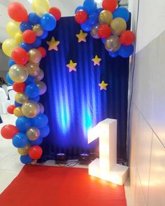 A imagem pode conter: área interna Superman Birthday Party, Prince Birthday Party, Wild One Birthday Party, Ball Birthday, Baby Boy 1st Birthday, Circus Birthday, First Birthday Parties, First Birthdays, Wonder Woman Birthday