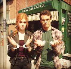 Image shared by Karol Ch. Find images and videos about shadowhunters, clary fray and katherine mcnamara on We Heart It - the app to get lost in what you love. Shadowhunters Series, Shadowhunters The Mortal Instruments, Clary And Simon, Straight Wavy Hair, Freeform Tv Shows, Alberto Rosende, Simon Lewis, Clary Fray, Katherine Mcnamara