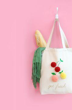 Tote bag pompons ★ Epinglé par le site de fournitures de loisirs créatifs Do It Yourself https://la-petite-epicerie.fr/fr/261-peintures-tous-supports ★