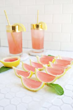 Vodka Pink Lemonade Jello Shots Here is a great adult party treat. Anyone can make jello shots but these are always a hit and the fact that they are made in the peels is totally awesome. Cocktail Drinks, Fun Drinks, Yummy Drinks, Beverages, Pink Cocktails, Cocktail Recipes, Summer Cocktails, Alcoholic Drinks, Pink Party Drinks