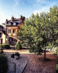 This place is called Jardin du Tripot, and it is one of the strangest little parks that we have ever been to. 👀🌳 Located in the heart of #Honfleur (#France), Jardin du Tripot is a small and narrow territory between the old town houses. It is accessible from three different streets, it holds a number of crazy sculptures and even a small curvy river with really very small cascades. 💦🏞 For us it was a surprise to find such a hidden place among the twisty alleys of Honfleur. It seems like…