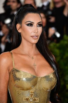 Kim Kardashian fashion is attractive. By the way, Kim Kardashian long dress is a nice idea for wedding dresses. Kardashian Style, Kardashian Jenner, Kim Kardashian Hot Body, Kim Kardashian Black Dress, Kim Kardashian Halloween, Musa Fitness, Hollywood Heroines, Kendall Jenner Outfits, Famous Models