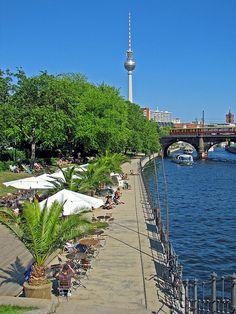 Monbijoupark, Oranienburgerstrasse: hier kan je langs het water wandelen of in het gras liggen. Er is ook het eerste stadsstrand van Berlijn. Er is ook een amfitheater van oud hout, inclusief een biergarten waar je iets kan eten en drinken.