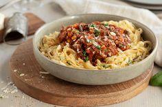 Ekte Pasta Bolognese lages med enkle råvarer og god tid. Lag en ekstra stor porsjon og bruk restene til pizzasaus, lasagne og flere herlige pastaretter. Bolognese, Italian Recipes, Nom Nom, Mad, Spaghetti, Ethnic Recipes, Basil, Noodle