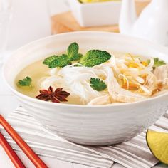 Vietnamese chicken soup with rice vermicelli - Recipes - Cooking and nutrition - Pratico Pratique Vietnamese Chicken Soup, Asian Soup, Vermicelli Recipes, Rice Vermicelli, Batch Cooking, Easy Cooking, Cooking Recipes, Asian Recipes, Healthy Recipes