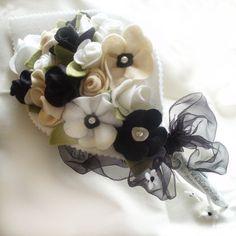 Blanco y negro fieltro Bouquet amapolas y rosas por CraftyJoDesigns