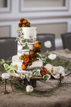 25 Autumn inspired wedding flowers // Image by Zahn Pithers / Cake by Lush Cups. See more at www.modernwedding.com.au #autumn #wedding #cake