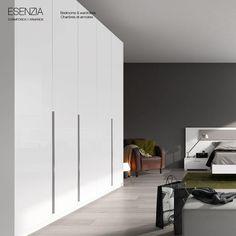 Amplio armario puertas batientes con estética neutra en color blanco
