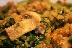 Kvinoja s špinačo, gobami in curryjem