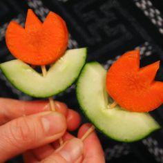 Hoe simpel en hoe leuk is dit. Oja en gezond ook nog! En helemaal leuk voor koninginnedag bijvoorbeeld. Jij steelt de show met deze bloemhapjes op tafel. Het enige wat je nodig hebt: komkommer en wortel. Beetje slim snijden, stokje erdoor en klaar is kees! Kijk op desite van Anna the Redvoor meer foto's, ideetjes en de instructie.