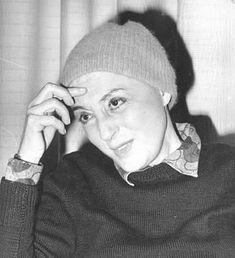 Στης 13 Απριλίου, γεννήθηκε μία από τις κορυφαίες Ελληνίδες ηθοποιούς του θεάτρου και του κινηματογράφου, μία ηθοποιός που άφησε εποχή για τις ερμηνείες της στο θέατρο και τον κινηματογράφο, για τη θυελλώδη σχέση της με τον Δημήτρη Χορν, αλλά και για το θλιμμένο β� Actors & Actresses, Cinema, Beanie, Greek, History, Photography, House, Movies, Historia
