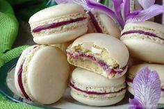 Нутовые макарон  Приготовьте оригинальный десерт к вечернему чаепитию. Печенье получается очень нежным внутри и слегка хрустящим снаружи. Вкус самих макарон не доминирует, тон всему десерту задает начинка. Угощайтесь! #готовимдома #едимдома #кулинария #домашняяеда #печенье #десерт #кчаю #ккофе #макарон #нутовые #начинка #крем #варенье