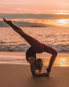 Yoga Poses For a Flat Tummy.Yoga helps one to stay youthful. People have been practicing yoga to lose weight also. Poses Gimnásticas, Dance Poses, Yoga Flow, Yoga Meditation, Namaste Yoga, Yoga Inspiration, Physical Fitness, Yoga Fitness, Physical Exercise