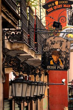 The Quiet Man pub in Malasaña district - Madrid, Spain Oh The Places You'll Go, Cool Places To Visit, Places To Travel, Foto Madrid, Le Palais, Cadiz, Spain And Portugal, Most Beautiful Cities, Canary Islands