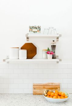 A cozinha é toda amadeirada, mas nós amamos este cantinho composto por duas prateleiras logo acima da decoração da parede. Vejam como a decoração fica delicada e, ao mesmo tempo, moderna, combinando o estilo da tábua, os detalhes em cores e, principalmente, a organização dos copos.