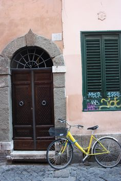 #yellow #bike #bicycle #Rome #Trastevere #door #window #street #sanpietrini