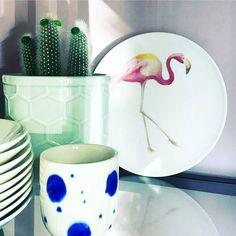 Foto van @marijeterhorst77  Dit keramieken wandbord (Ø 19 cm) met de opdruk van een flamingo is voor 475 te koop bij Kwantum. Ook verkrijgbaar met de opdruk van een cactus en in verschillende formaten (Ø17 en 23 cm).