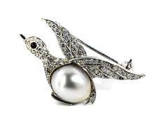 Länge: ca. 3,3 cm. Breite: ca. 1,6 cm. Gewicht: ca. 4,6 g. WG 750. Zarte hübsche Vogelbrosche, der Körper aus einer feinen ovalen Südseeperle, Durchmesser...