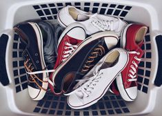 Czyszczenie butów z materiału może sprawiać wrażenie bardzo trudnego. Nie dziwi więc, że wielu z nas rezygnuje z ich zakupu. Jeśli jednak jakaś para szczególnie przypadnie ci do gustu, warto wiedzieć, jak o nią dbać, by na długo zachowały swój idealny kształt,   #buty materiałowe #buty z materiału