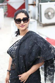 Wear this fancy on hot summer to get a modest look. Cotton Saree Designs, Saree Blouse Neck Designs, Dhakai Jamdani Saree, Handloom Saree, Beautiful Saree, Beautiful Dresses, Formal Saree, Saree Models, Stylish Sarees