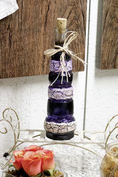 Artesanato de pintura em vidro transforma garrafa decorativa