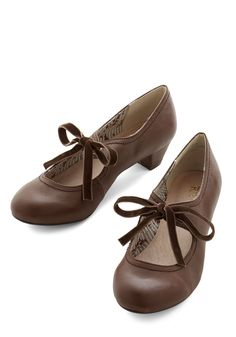 Stacks or Fiction Heel. Youll tell a story of style when you stroll among the stacks clad in these chocolate-brown faux-leather kitten heels. #brown #modcloth Oxford Shoes Heels, Pumps Heels, Shoe Boots, Low Heels, Kitten Heel Pumps, Pretty Shoes, Cute Shoes, Vintage Shoes, Retro Vintage