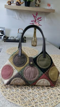 [very large size] Designed by Anna Studio. It was designed in 2012 and Many Korean quilters have loved it soPin by Nora Blum on Bags,purses Hexagon Patchwork, Japanese Patchwork, Patchwork Bags, Quilted Bag, Black Handbags, Leather Handbags, Denim Bag, Big Bags, Fabric Bags