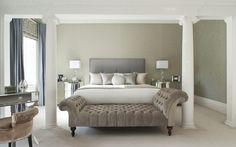 Elegancka sypialnia, stonowane kolory, sypialnia w beżach, podnóżek, zagłówek, królewskie łóżko. Zobacz więcej na: https://www.homify.pl/katalogi-inspiracji/12399/pomysly-na-dekoracje-sypialni
