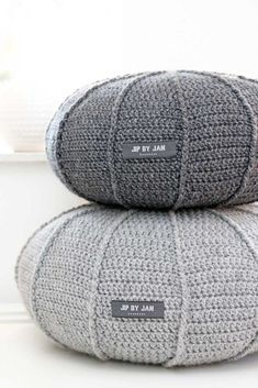 Grey crochet poufs - like giant pebbles! Crochet Home, Diy Crochet, Deco Nature, Crochet Cushions, Lang Yarns, Crochet Projects, Home Accessories, Crochet Patterns, Creations