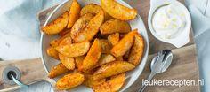 Pittig gekruide aardappeltjes met citroenmayonaise, lekker bij vlees, vis of als snack