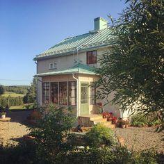 Patio Screen Enclosure, Screen Enclosures, Sas Entree, This Old House, Victorian Porch, House In Nature, Swedish House, Little Houses, Old Houses