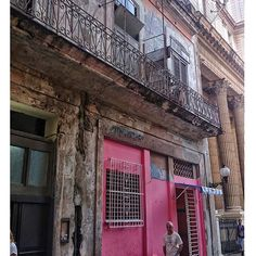 Cuba es así!! Edificios majestuosos de ministerios junto a casas habitables muy deterioradas!! //// Cuba is well !! majestic buildings of ministries with very dilapidated apartment houses !! #cubaandbeds #cuba #habana #havana #travel #street  #city  #caribe #caribbean  #art  #viajar  #lahabana  #trip #adventure #life #amazing #view  #nice #instagood  #beautiful #photooftheday #picoftheday #bestoftheday #tourism #colour #people #ig_caribbean #ig_cuba #loves_habana #loves_latino