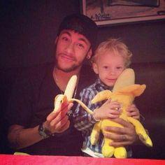 Neymar subió una foto en Twitter con el lema #SomosTodosMacacos con su hijo, sosteniendo ambos 2 bananas en apoyo a Alves