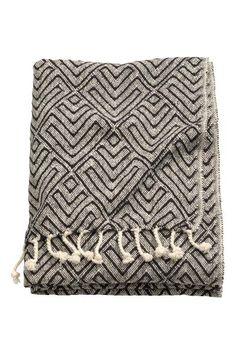 Jacquard-weave cotton blanket: Jacquard-weave cotton blanket with fringe trims on the short sides.