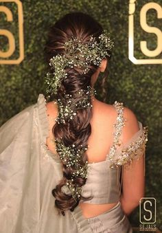 Love bridal buns, but your heart suggests you give those open hairdos & voluminous braids a try?Going offbeat is the new mantra our new-age brides swear by. Mehndi Hairstyles, Open Hairstyles, Best Wedding Hairstyles, Crown Hairstyles, Bride Hairstyles, Hairdos, Updos, Bridal Bun, Bridal Hairdo