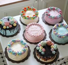 and round cakes are available daily in our store Cake Decorating Frosting, Cake Decorating Designs, Cake Decorating Techniques, Mini Cakes, Cupcake Cakes, Cupcakes, Simple Cake Designs, Cute Baking, Mini Tortillas
