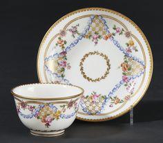 SEVRES – Gobelet sans anse et sa soucoupe en porcelaine dure à décor polychrome[...] | Dans la vente Porcelaines Anciennes à Pescheteau-Badin