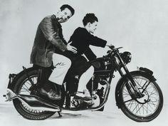 Charles & Ray Eames Charles & Ray Eames behoren tot de belangrijkste persoonlijkheden van het 20e-eeuwse design. Ze ontwierpen meubelen, maakten films, fotografeerden en richtten tentoonstellingen in. Als enige geautoriseerde fabrikant van hun producten voor Europa en het Midden-Oosten biedt Vitra u de zekerheid dat u een origineel Eames-product bezit.