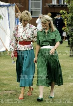 🔱July Princess Diana at the polo, Smith's Lawn. In a white and floral blouse with red belt over, green pleated skirt, red shoulder bag, red court shoes. Princess Diana Rare, Princess Diana Pictures, Princess Of Wales, My Princess, Lady Diana Spencer, Spencer Family, Green Pleated Skirt, Maternity Skirt, Diana Fashion