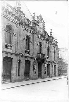 NUEVO TEATRO  Su inauguración fue en 1918 con el nombre de Nuevo Teatro de Vitoria. La apertura del teatro fue posible gracias a las aportaciones del ciudadanos vitorianos con la compra de acciones. En 1961 pasó a llamarse  Principal en recuerdo a la antigua edificación teatral que había habido en el mismo lugar entre 1822 y 1914. Durante bastantes décadas fue utilizado como cine. En 1992 fue renovado por el Gobierno Vasco, la Diputación Foral de Álava y el Ayuntamiento de Vitoria.