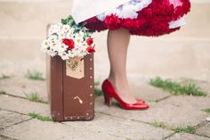 red petticoat and vintage suitcase http://weddingwonderland.it/2016/06/matrimonio-rockabilly-anni-50.html
