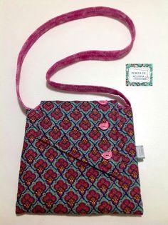 Bolsa confeccionada com tecido nacional da designer Renata Blanco com quilt reto. Possui bolso interno. Possui botões de madeira em formato de passarinho. <br>Super prática e charmosa. <br>Peça única.