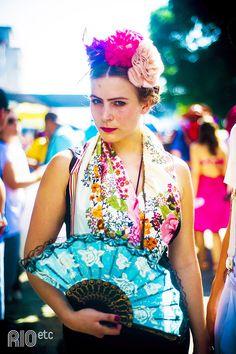 Flores na cabeça, lenço, leque e monocelha pra compor a fantasia de Frida Kahlo e curtir o carnaval de rua do Rio de Janeiro.