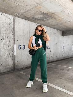 Green aesthetics, summer style, spring style, tripple s balenciaga sneaker, green jogger, basic style, ninety 9, blonde girl, aliziazuschlag, bloggerfashion, streetstyle, frühlings outfits, spring putfit inspiration Balenciaga, Fashion Joggers, Spring Looks, Blond, Normcore, Outfits Spring, Sneaker, Green, Summer